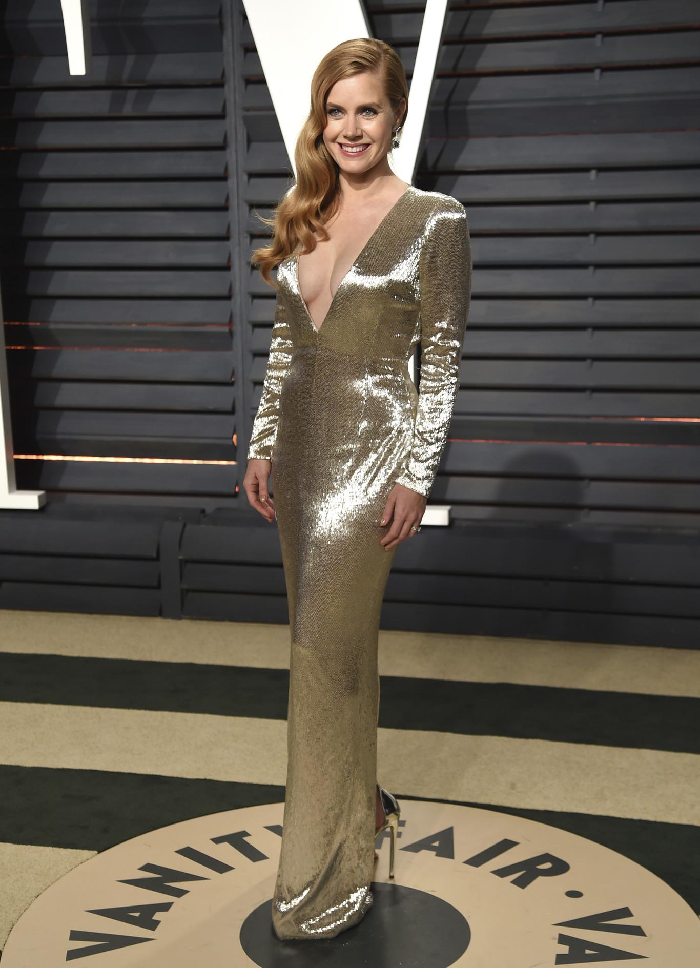 Amy Adams túl mélyen dekoltált, arany Tom Ford ruhában. Nem a legelőnyösebb választás.