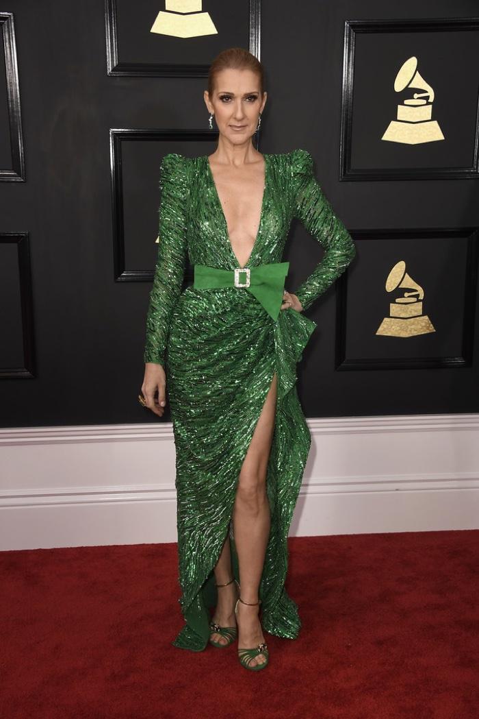 Celene Dion - egy mélyen dekoltált zöld színű Zuhair Murad estélyiben. Rég nem láttam már, nagyon megöregedett.