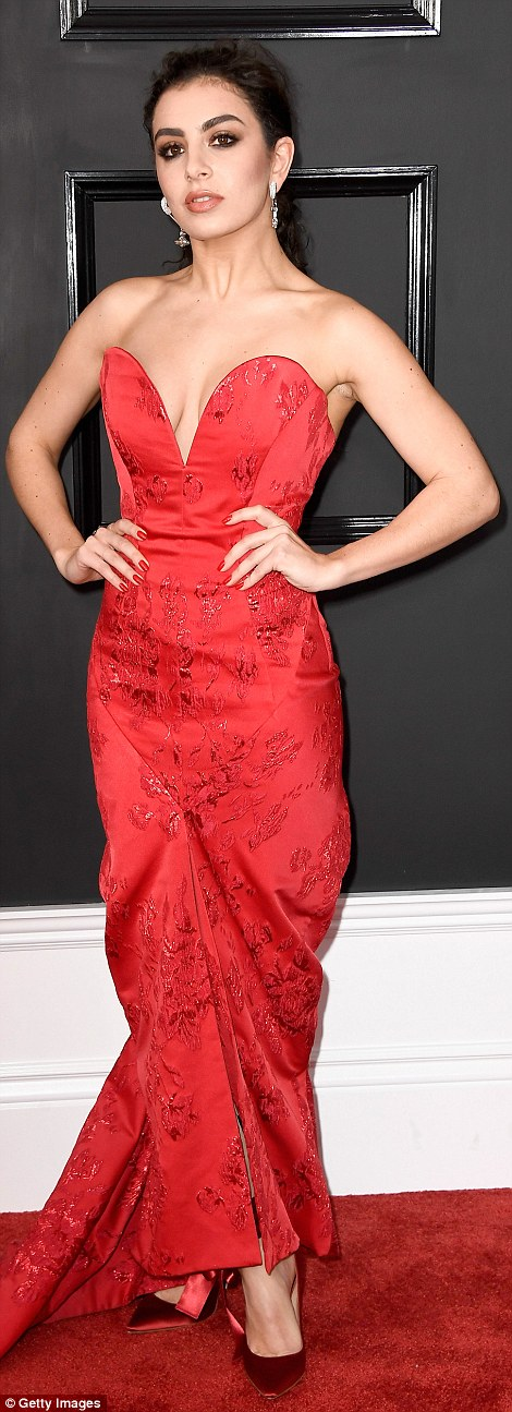 Charlie XCX - Vivienne Westwood vörös estélyijében.
