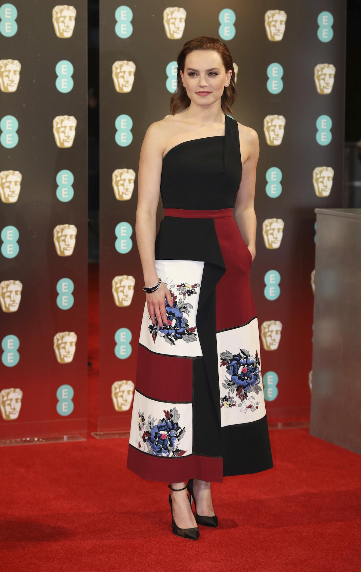 Daisy Ridley - Roland Mouret ruhában. Nem rossz.