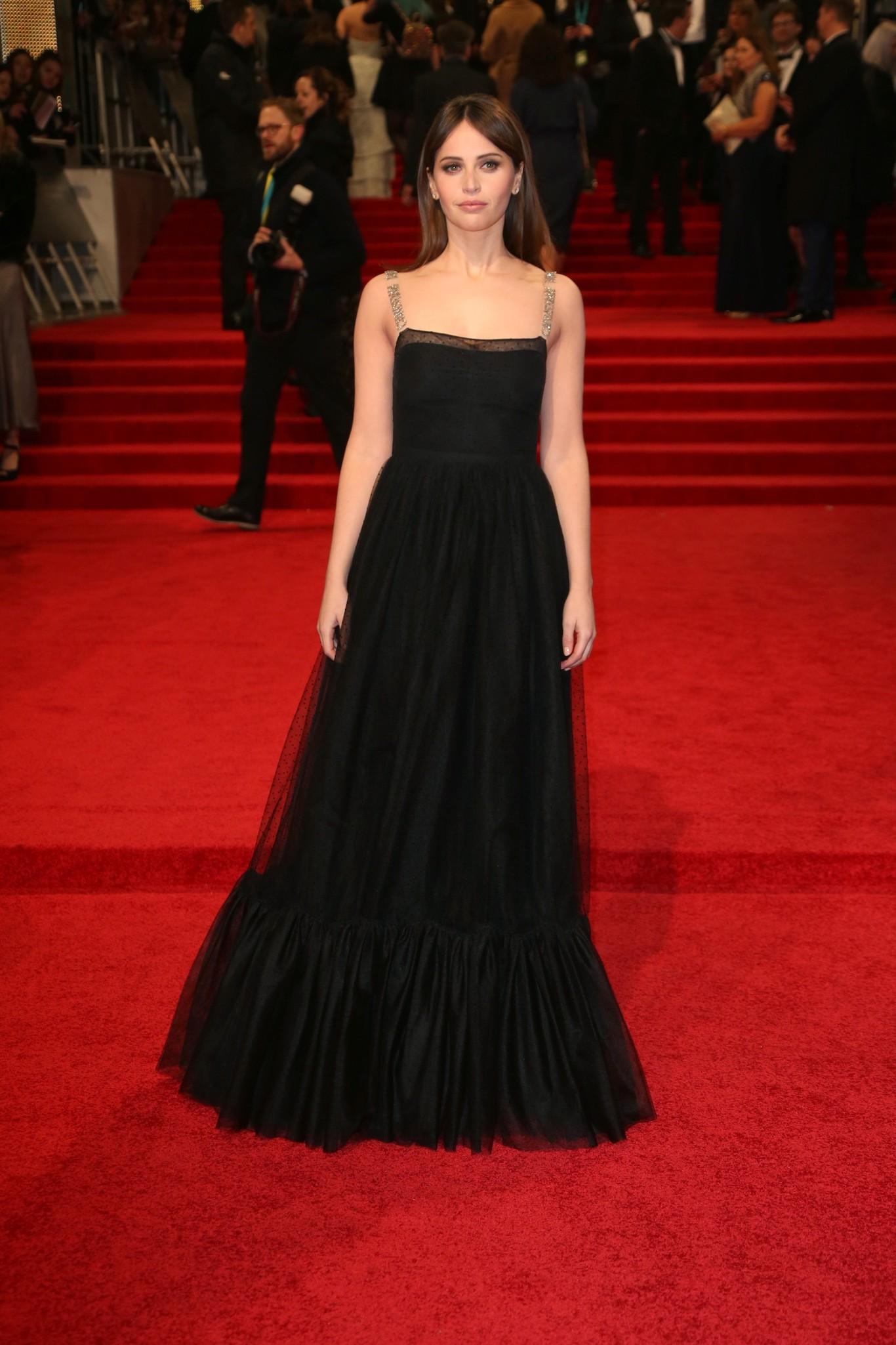 Felicity Jones fekete Dior estélyiben. Egyszerű, de szép összeállítás.