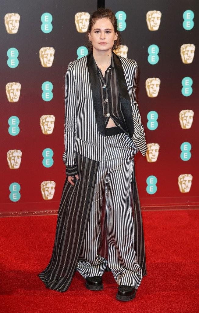 Heloise Letissier - a díjátadó legszörnyűbb ruhájában. Kritikán aluli.
