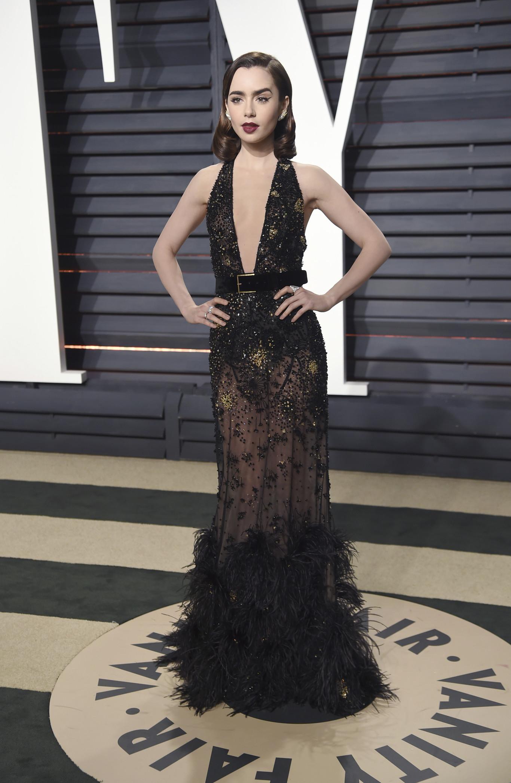 Lily Collins fekete Elie Saab estélyiben.