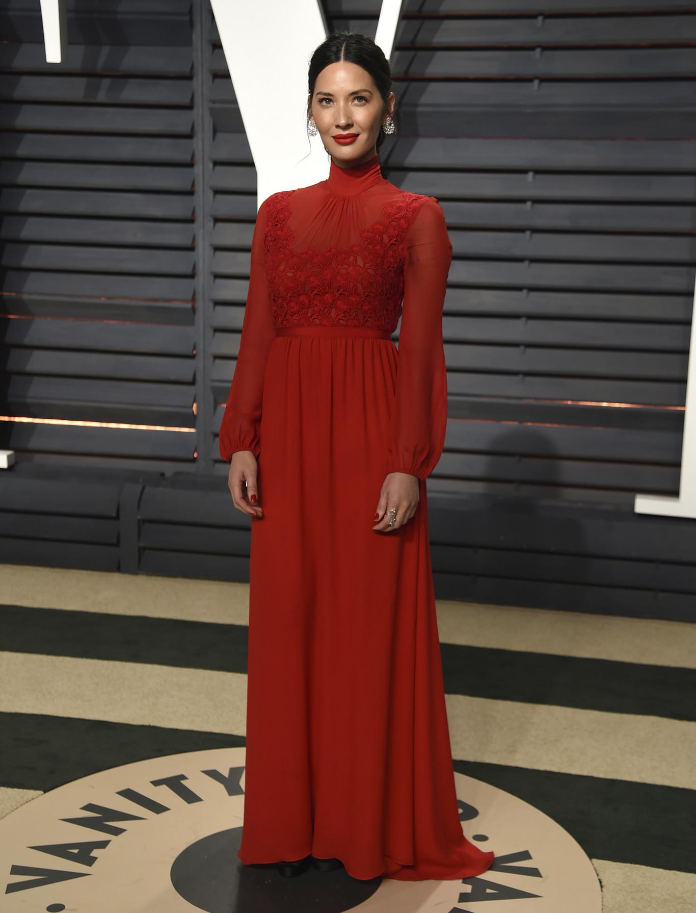 Olivia Munn egy tetőtől talpig zárt, vörös Giambattista Valli estélyiben.