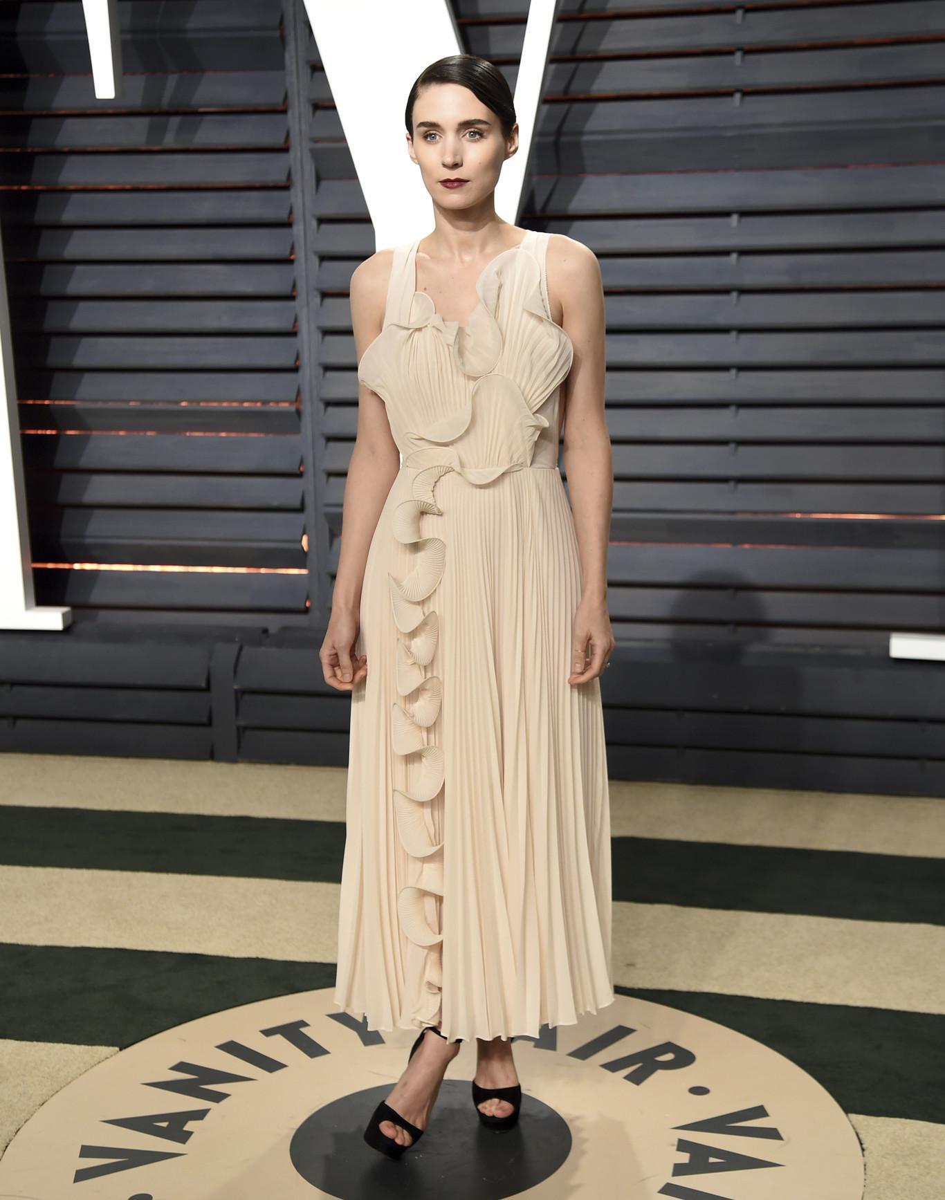 Rooney Mara nem költött sokat a ruhájára, a H&M-ből választott. Ha egyszer az életben valami élénkebb színbe bújna és normálisan kisminkelné magát, annyira szép lehetne..