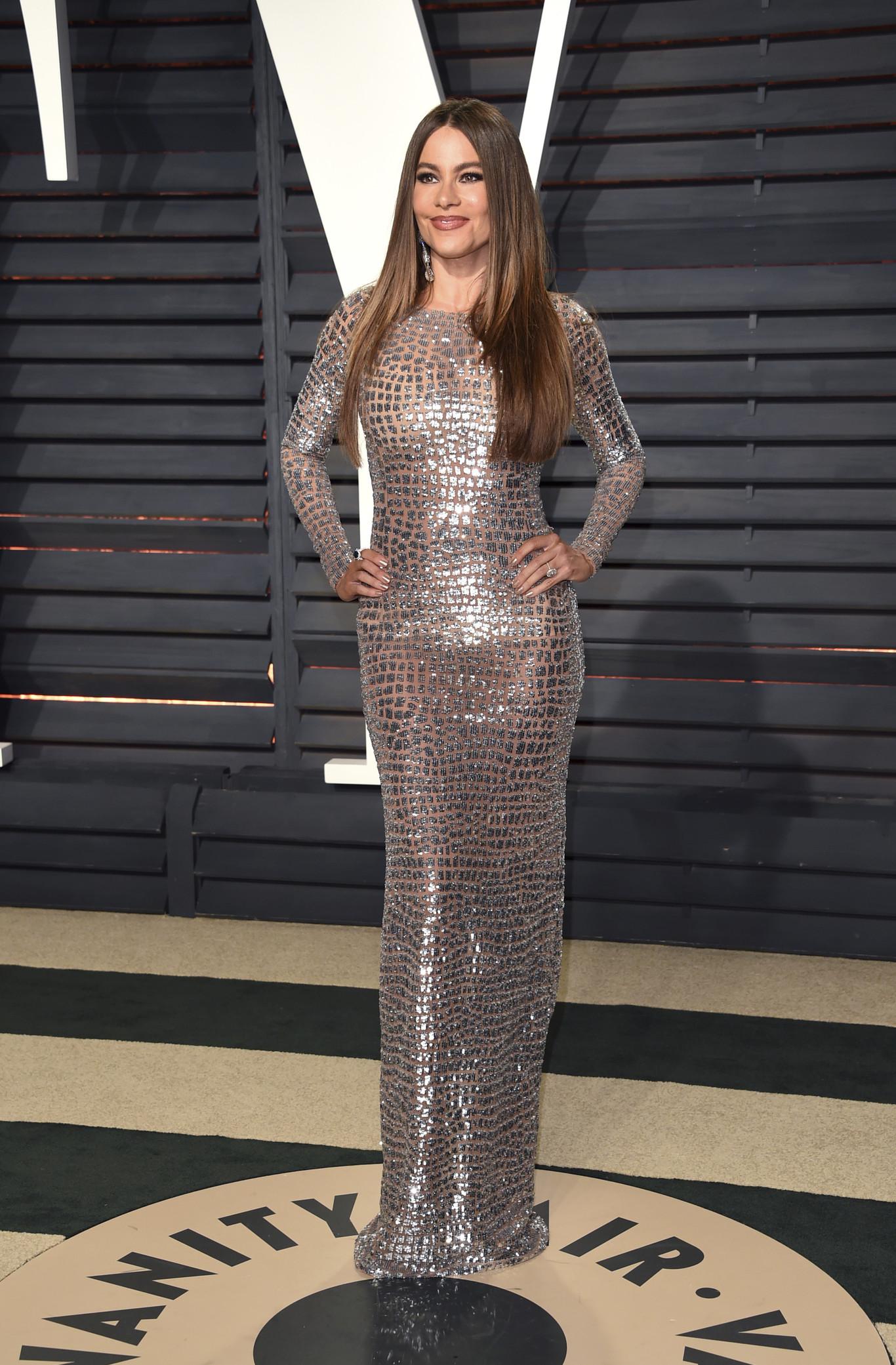 Sofia Vergara ezüstösen fénylő Michael Kors estélyiben.