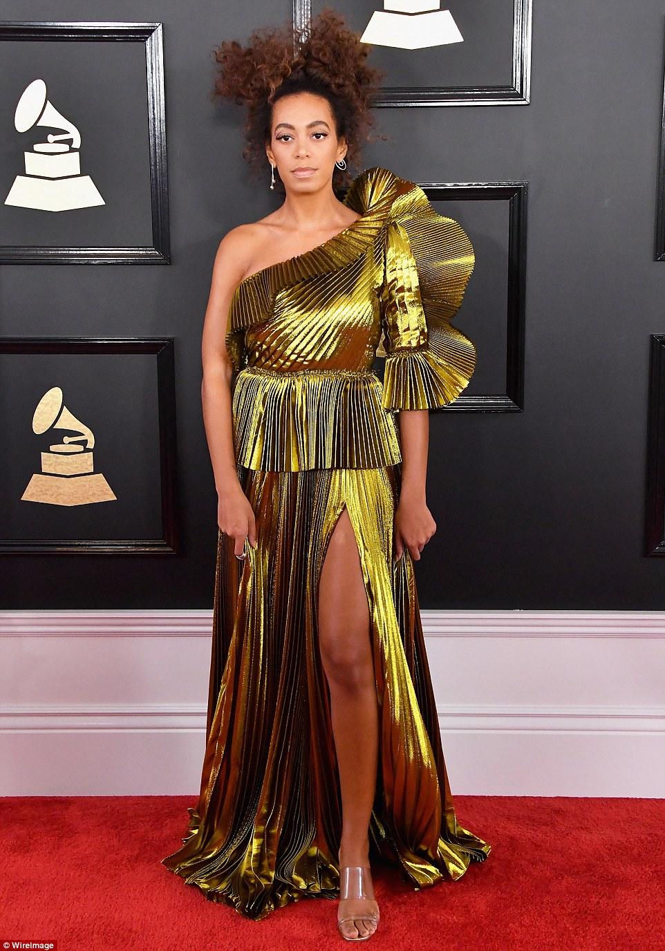 Solange aranyban. Ő is beillenne a legrosszabbul öltözöttek közé.