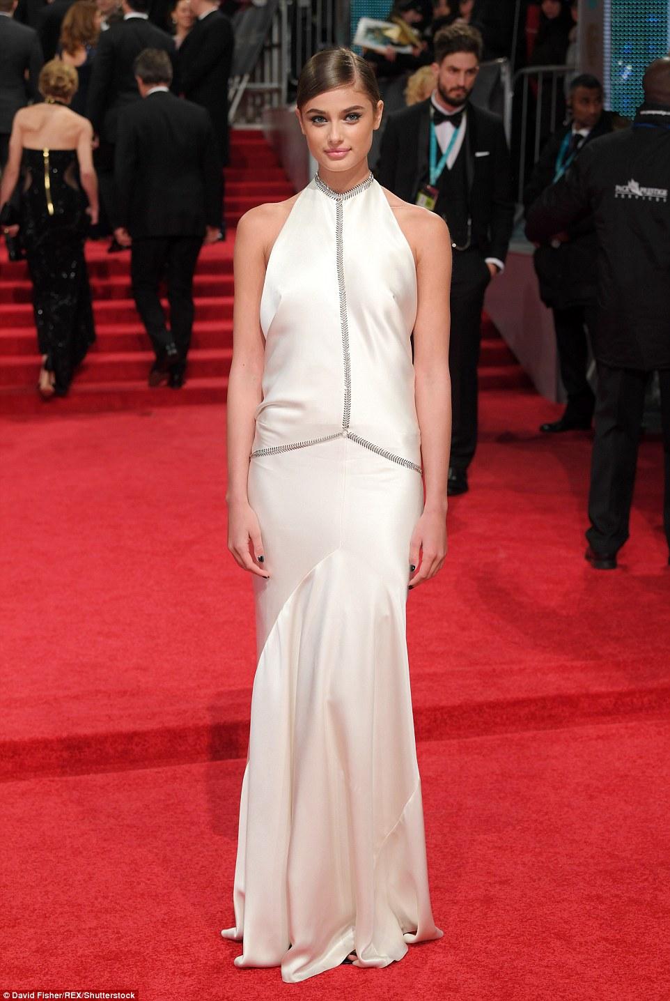 Taylor Hill - a Victoria's Secret modell egy gyönyörű fehér ruhában. Csodálatosan néz ki.