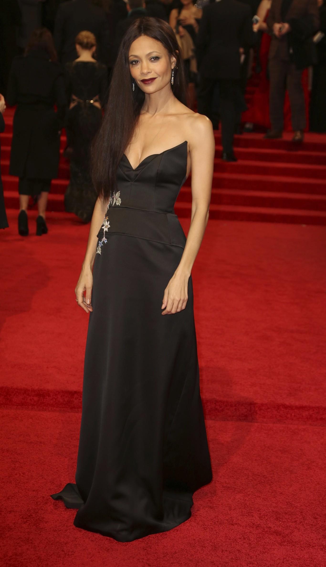 Thandie Newton egy fekete Osman ruhában pompázott.