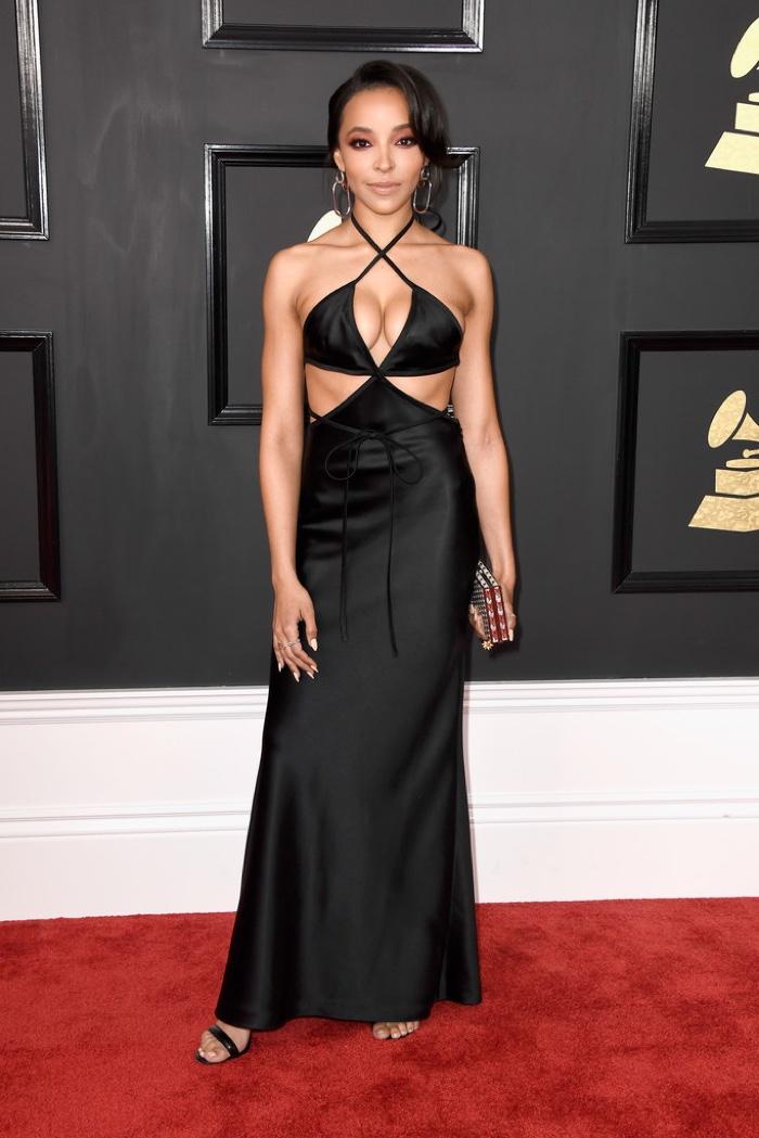 Tinashe - kivágásokban gazdag, fekete Alexander Wang ruhában.