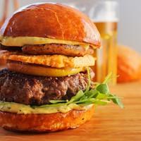 Libamájas burger fokhagymás majonézzel és sajtchips-szel