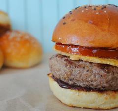 Umami hamburger ropogós parmezán chipsszel