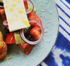 Athénban se ennél jobbat: görög saláta citromos csirkével