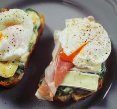 Camembert és buggyantott tojás VS. tépett BBQ csirke.