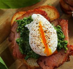 Sonkás szendvics tökéletes buggyantott tojással