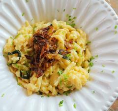 Käsespätzle, azaz az osztrákok sajtos nokedlije pirított hagymával