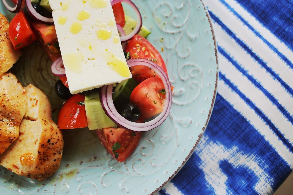 Görög saláta szaftosra sütött citromos csirkével