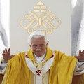 új illat  XVI. Benedek pápától