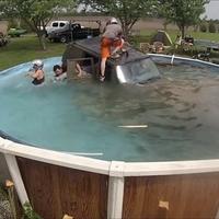 Agyiszint: Jeeppel a medencébe