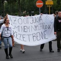 Felvonulók kérték: buzikat a Dunába!