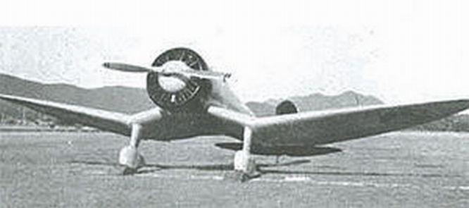 A Mitsubishi A5M prototípusa a jellegzetes V kontúrral a szárnyán. A filmben talán ez a korai típus jelenik meg legtöbbször.