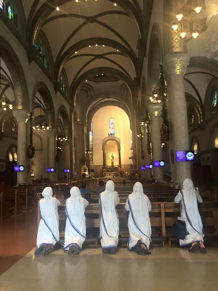 Manilai katedrális imádkozó apácákkal
