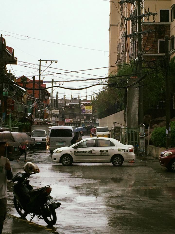 Manilai utcakép csinos kábelkötegekkel