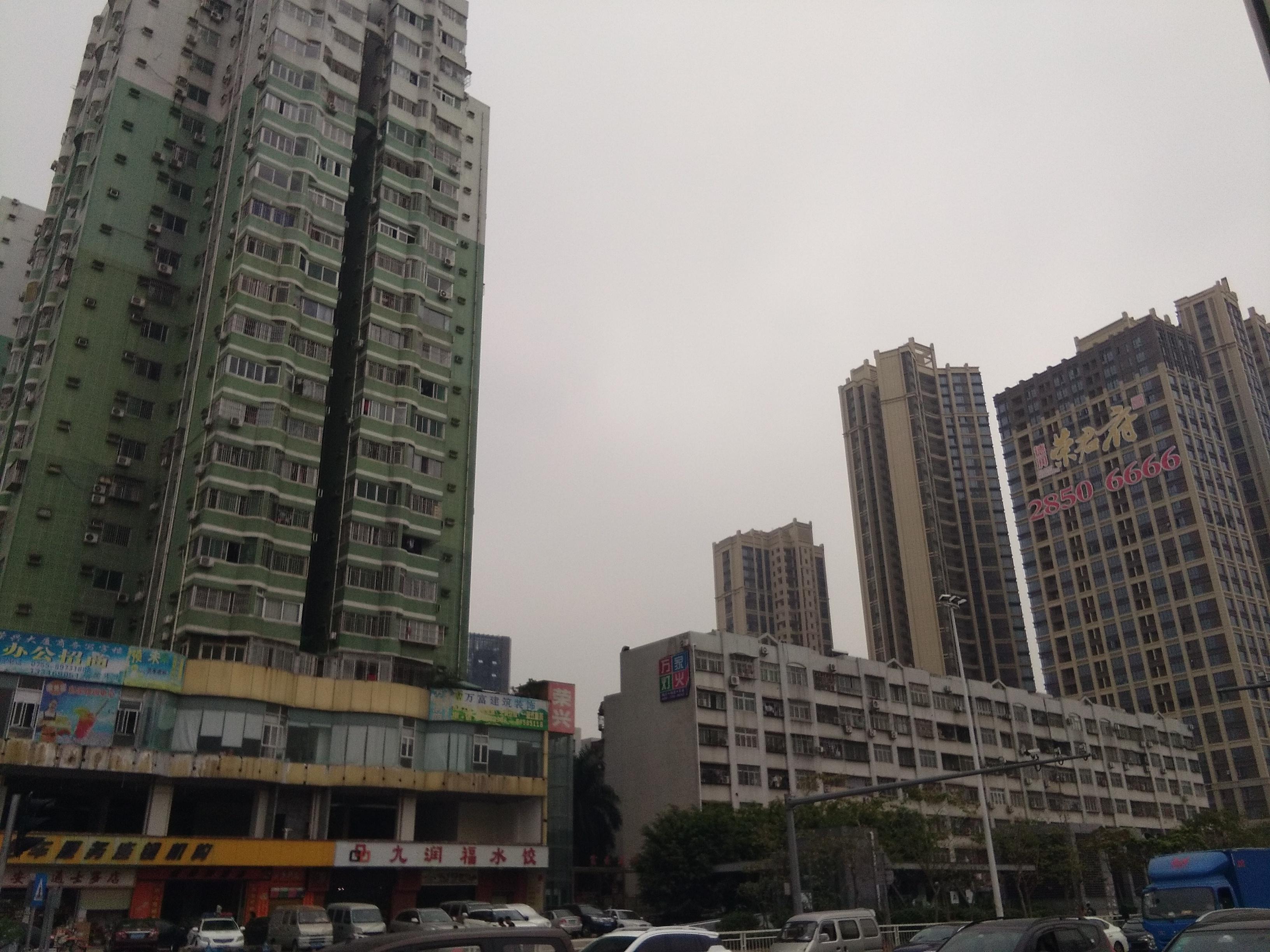 A kereszteződés egy másik oldala, régebbi épületekkel.
