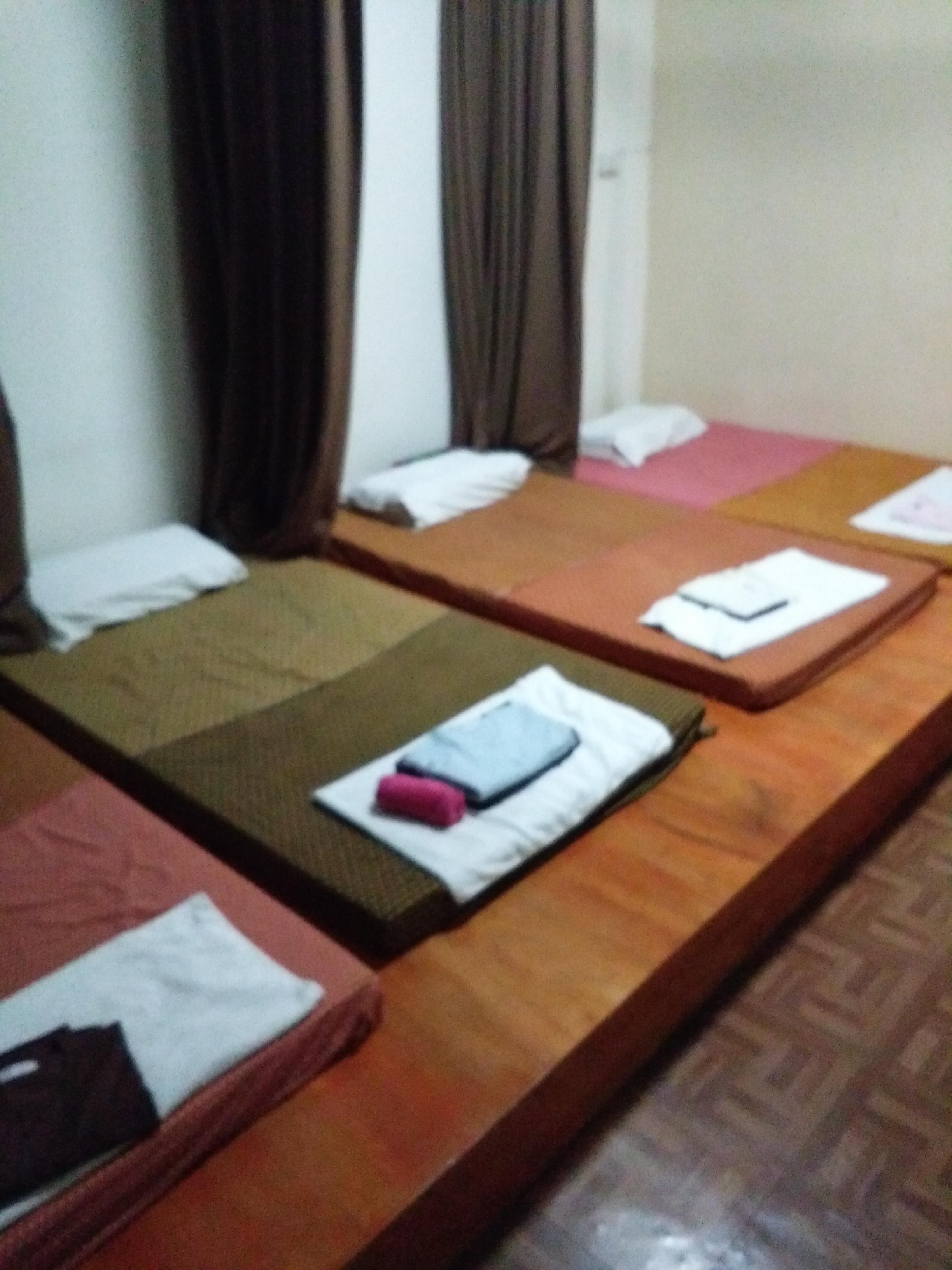 Itt zajlik a thai masszázs, az ágyak elején lévő ruhákba kell átvedleni