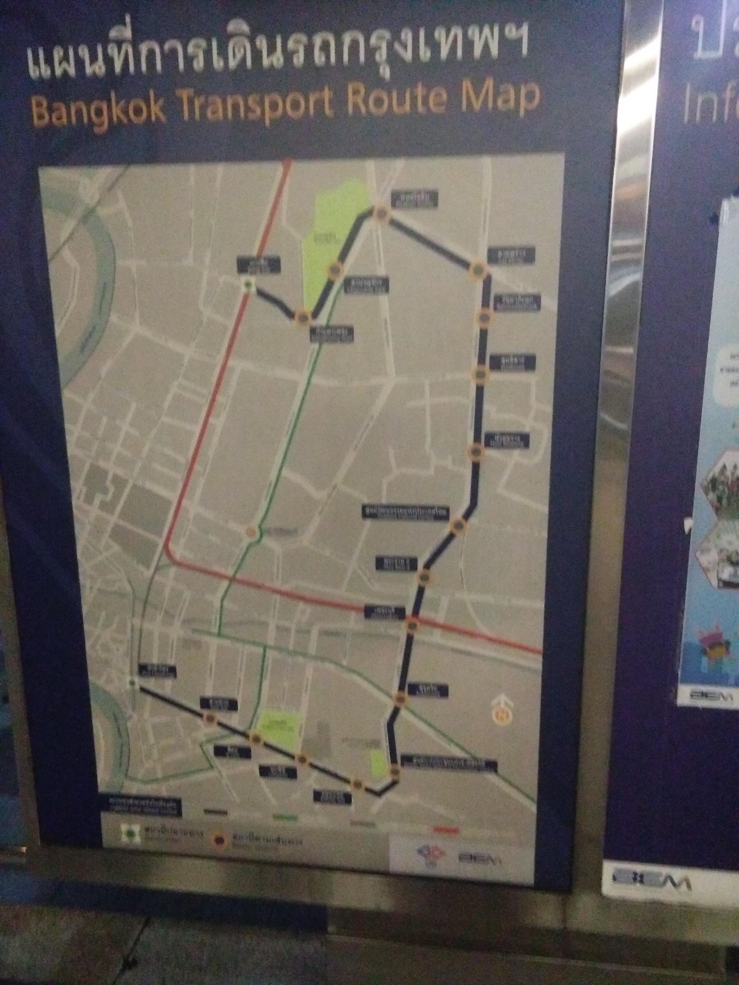 A metróvonalat és az átszállási kapcsolatait mutató térkép egy bangkoki metróállomás bejáratánál
