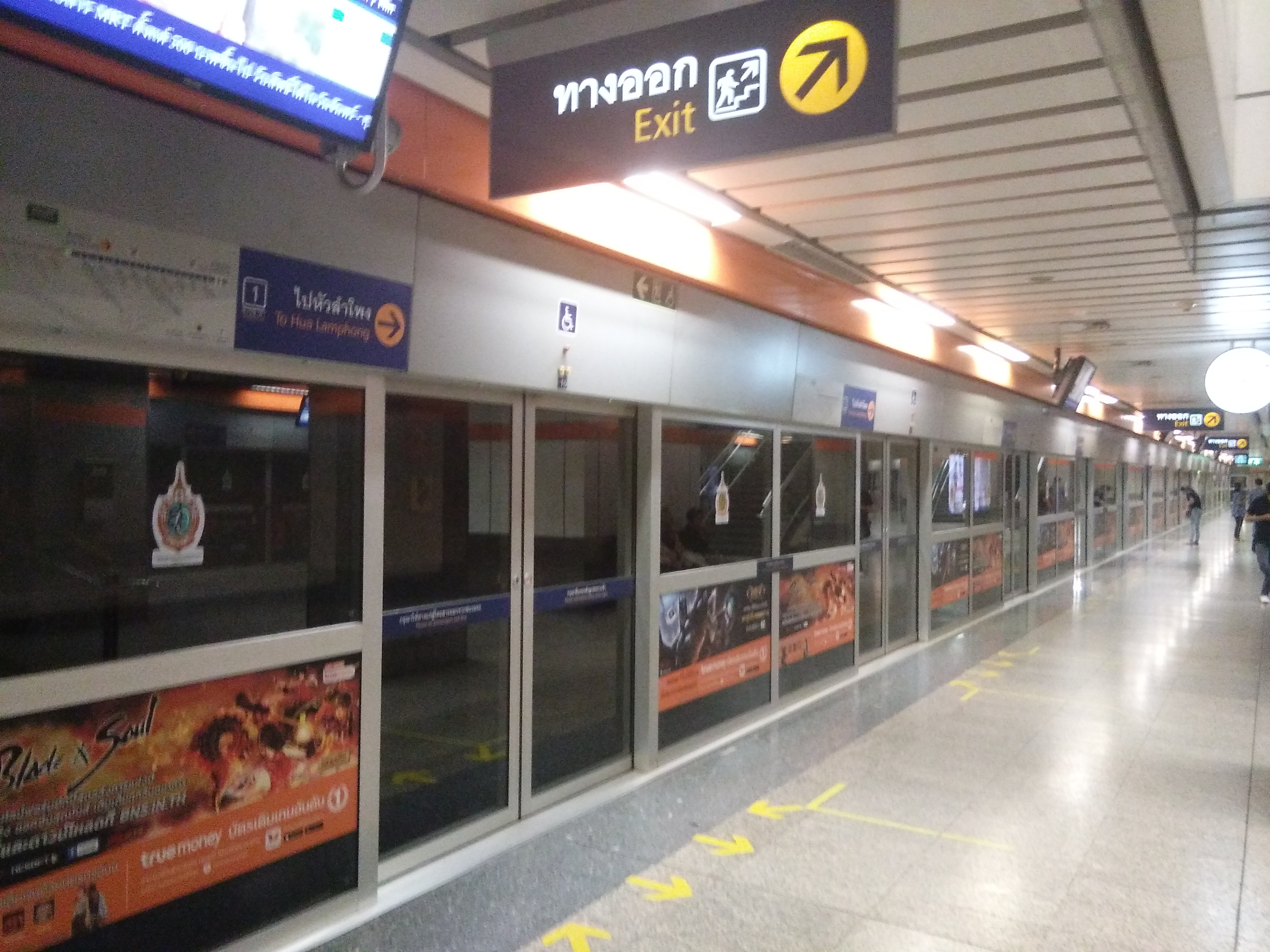 Huai Khwang állomás, a platform a sínektől el van választva