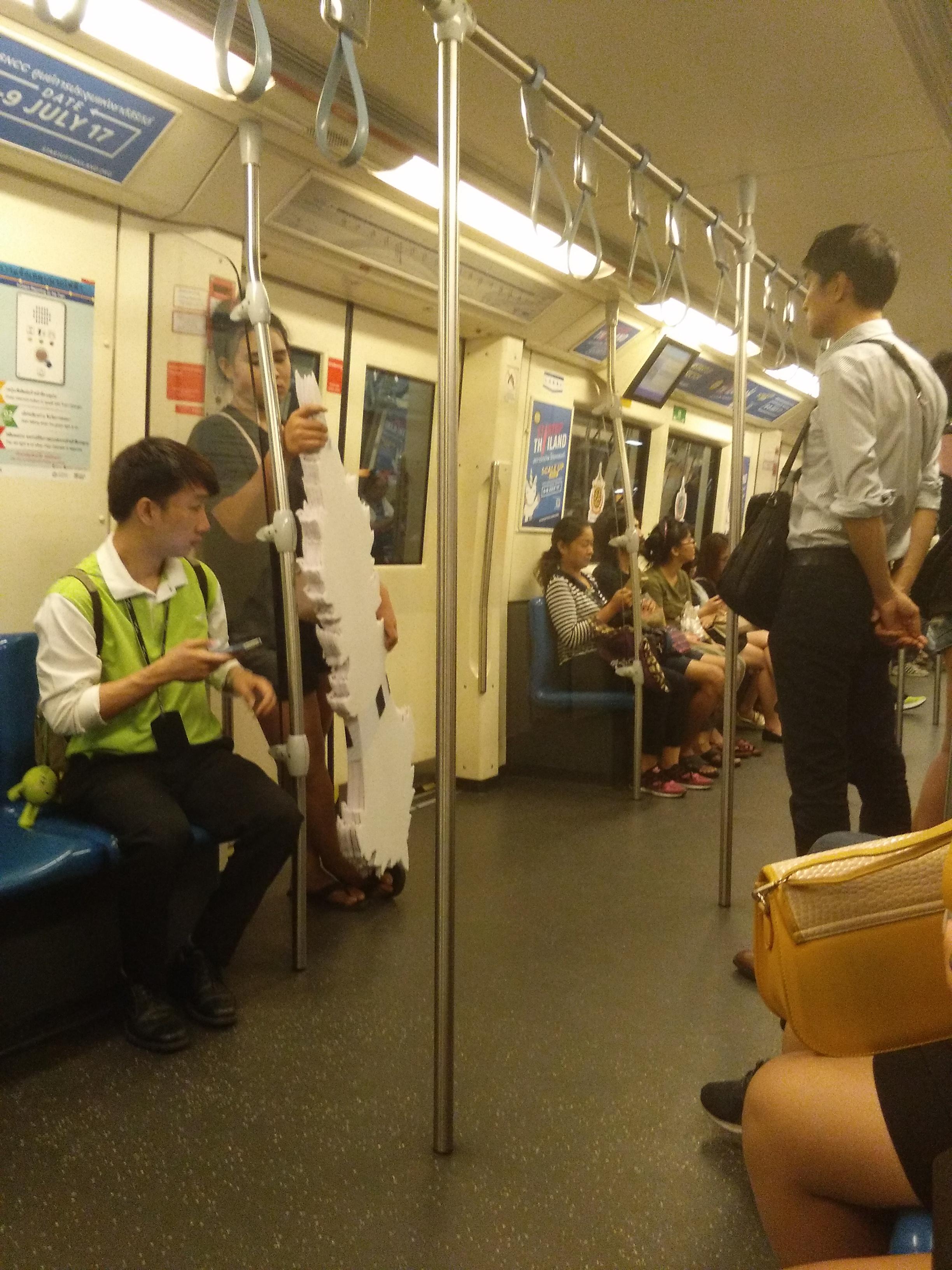 A metró szerelvénye, este 10 felé alacsony utasforgalommal