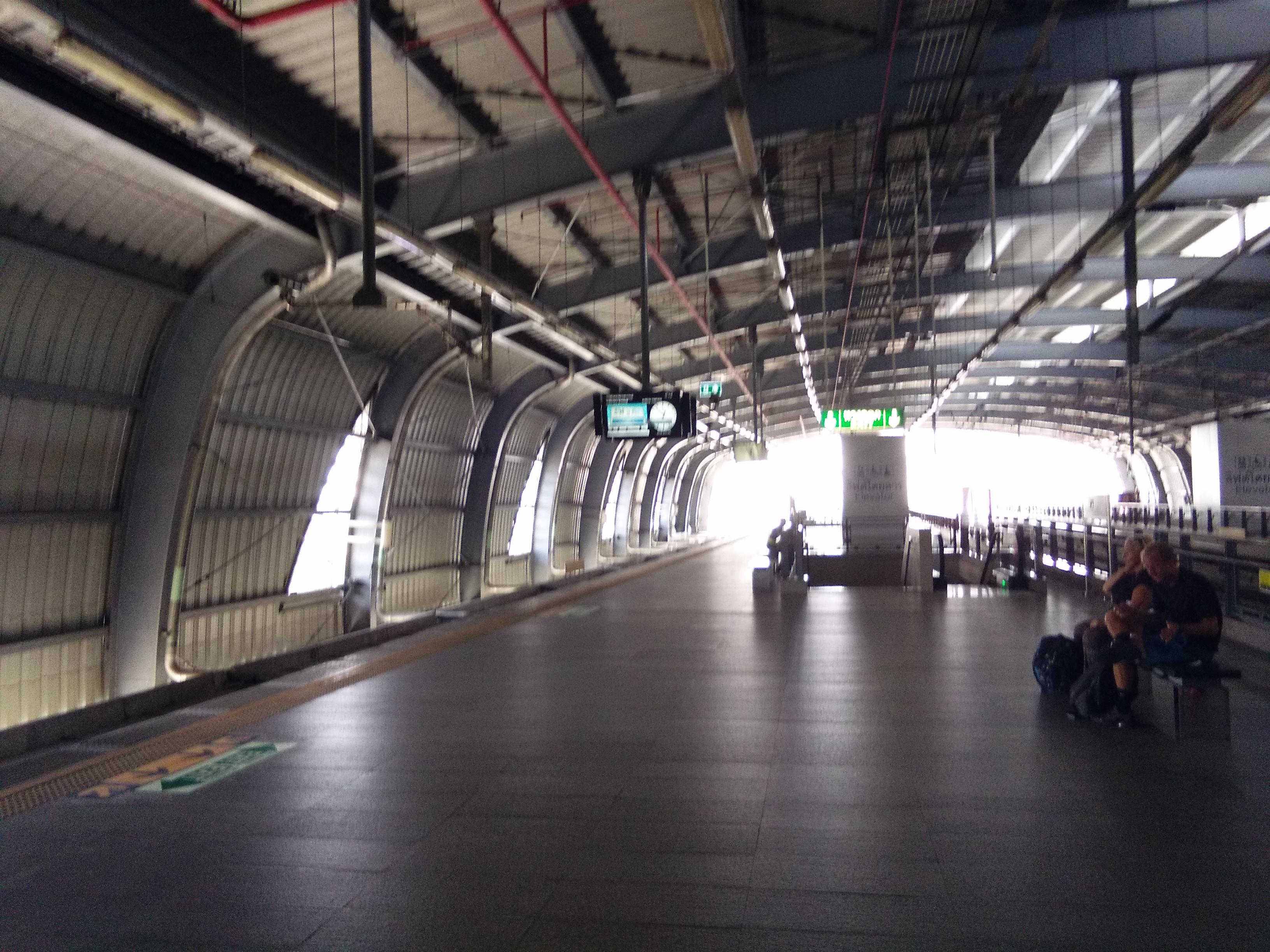 A reptérre vezető gyorsvasút Makkasan állomása