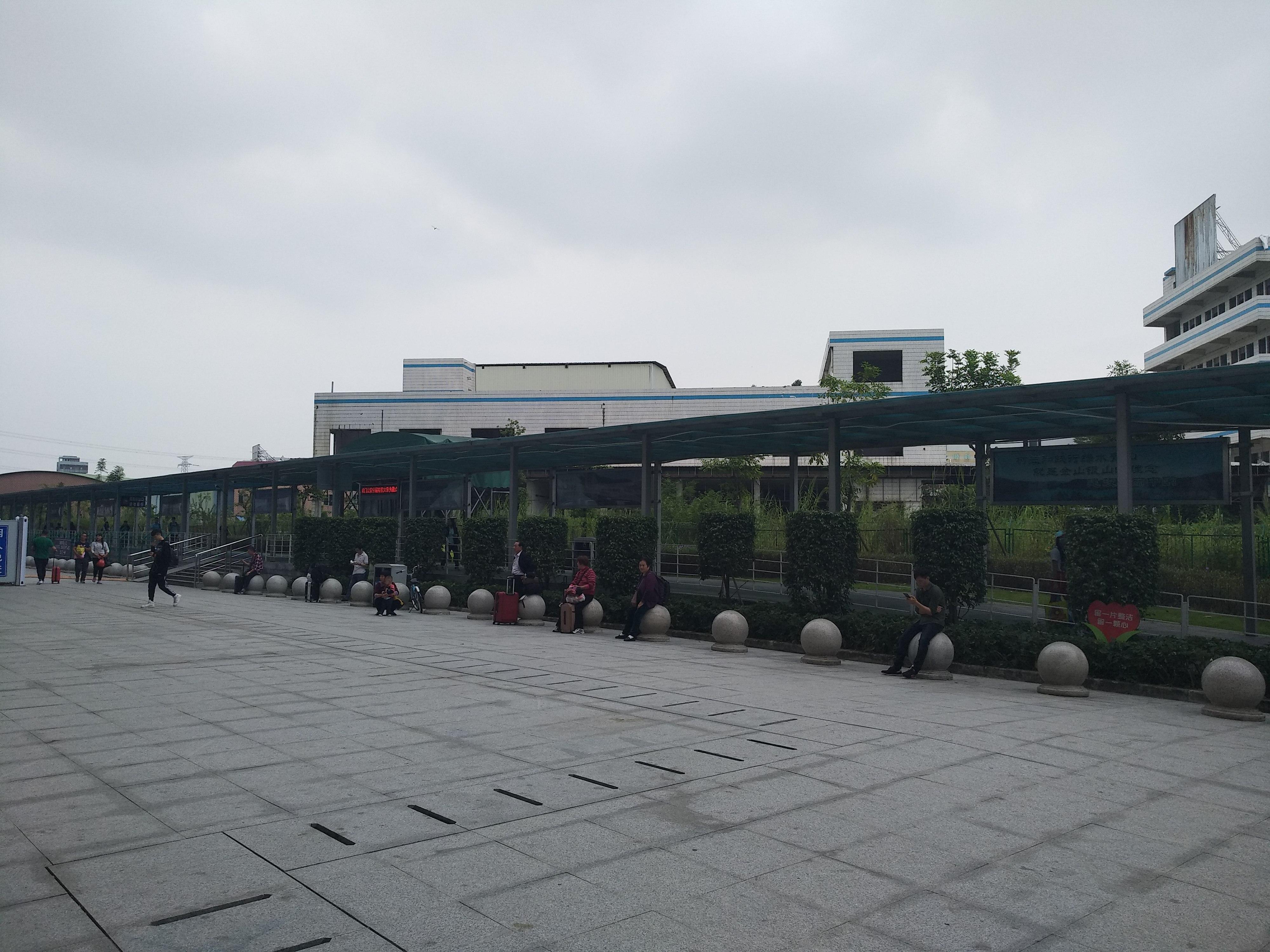 A vasút mellett futó metróvonal környezete