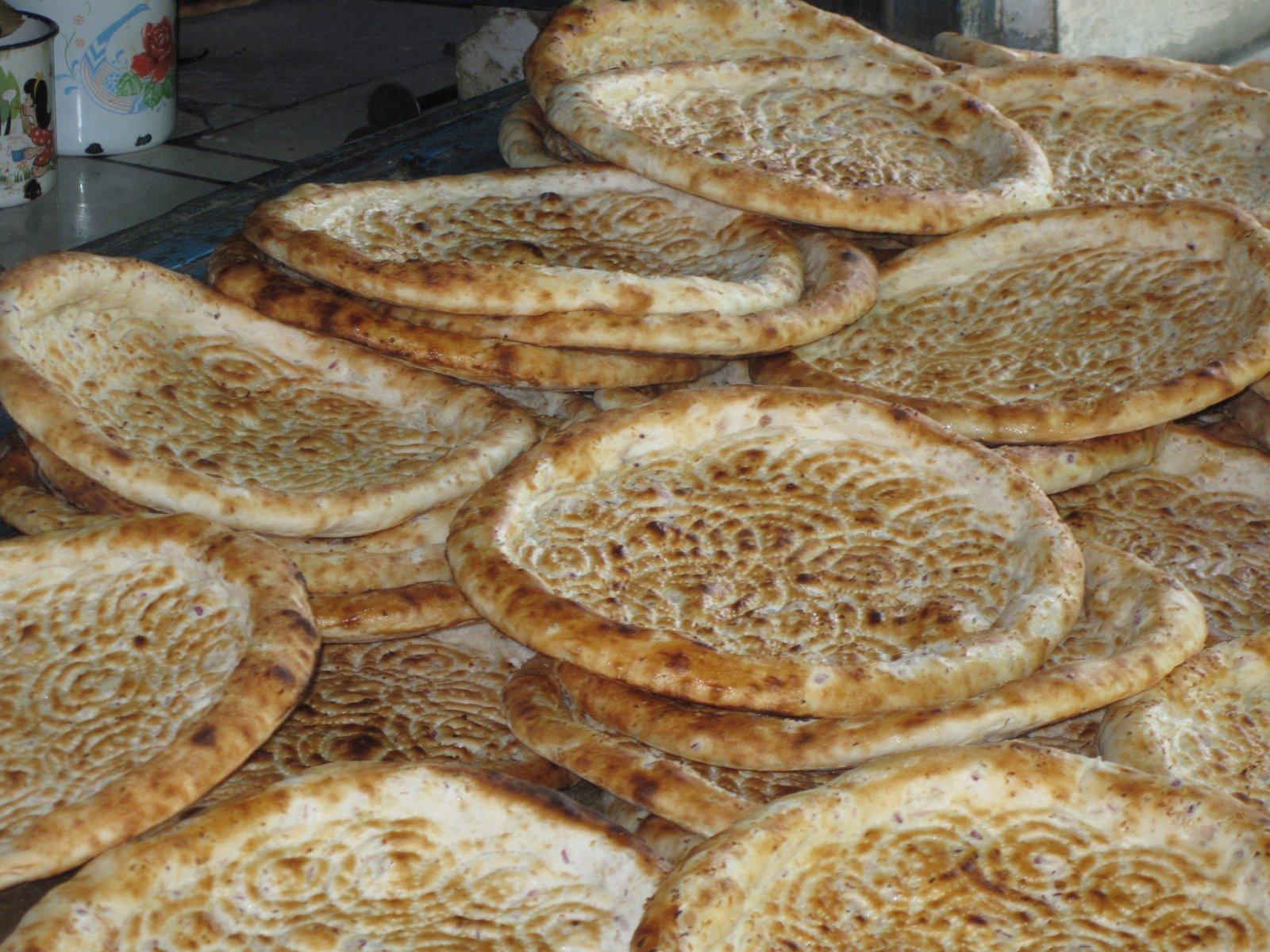 A nam a legfőbb ujgur pékáru. Íze nyugatias, nem édes. Frissen kifejezetten jó.