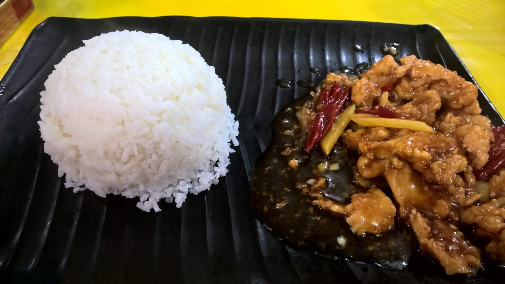 Kínai beülős hely. Miniadag rizs mellett, 10 ringgit körüli áron. Citromos csirke.