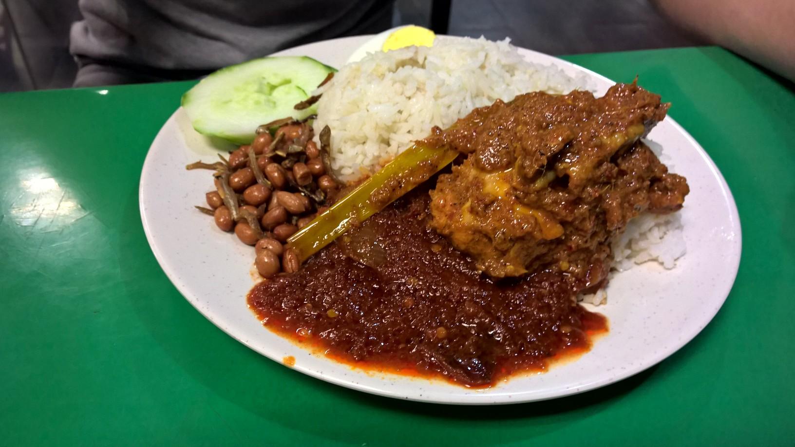 A Suria Sabah halalos részlegének egyik eledele. Egészen meglepően finom, a földimogyoró mellett kis apró, ropogós halak is vannak, a szósz kifejezetten jó, s  az egész mindössze 6,5 ringgit. Egy ízben az extra rizsért sem számoltak fel plusz pénzt.