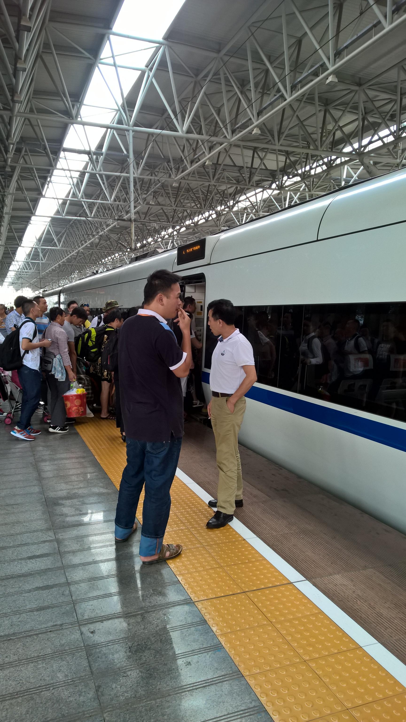 A kocsikon tilos a dohányzás (a sima gyorsvonatokon vannak kijelölt helyek, ezeken a nagyobb sebességűeken nincsenek), így aztán a népek az állomásokon szállnak ki 1-2 percre a peronra, amíg az új utasok fel nem szállnak. Ez sem legális, de tolerálják.
