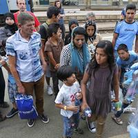 Borostás menekültekkel a kockás inges lázadók ellen
