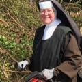 Láncfűrésszel szolgálja közösségét az apáca