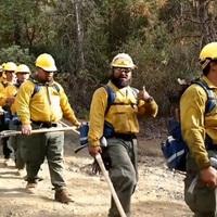 Ezek a tűzoltók még munka közben is hálaéneket énekelnek