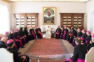 Cigány Bibliát adtunk Ferenc pápának