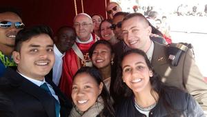 Ferenc pápa: Az örömteli fiatalokat nem lehet manipulálni!