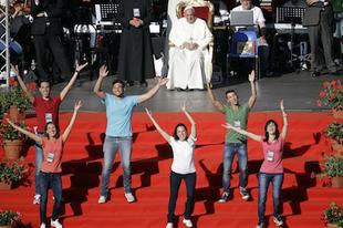 Karizmatikusokkal ünnepel Ferenc pápa