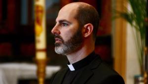 Ma papként szolgálja azokat, akiket egykor megvetett, leköpött