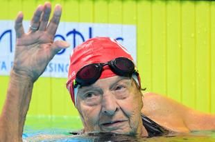 96 éves hölgy úszott világrekordot Budapesten