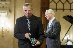 A váci püspök szerint is hiba volt Bayer Zsolt kitüntetése