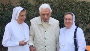 Friss fotó érkezett az emeritus pápáról, akinek halálhírét keltették