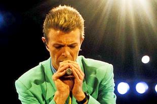 72 ezer ember előtt imádkozta térden állva David Bowie a Miatyánkot