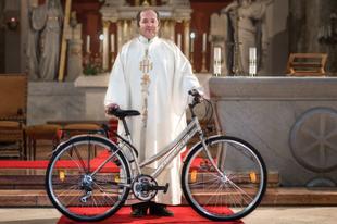 Mit keres egy pap kerékpárral a templomban?